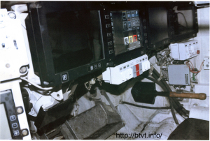 Вид на места командира и наводчика. Панели командира (3) правая часть фото.